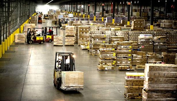 Empilhadeira carregando caixas em um armazém de mercadorias