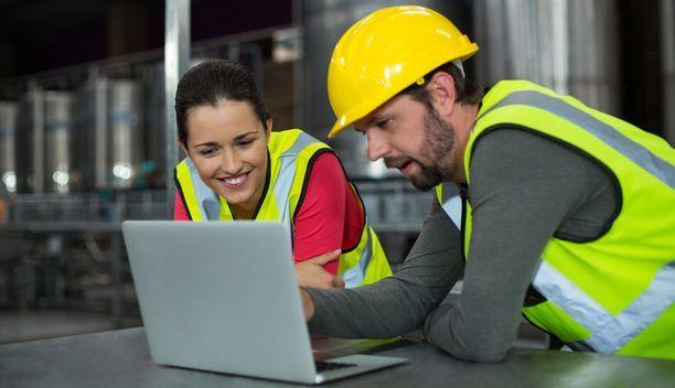 Analista da indústria monitorando consumo do varejo através de software