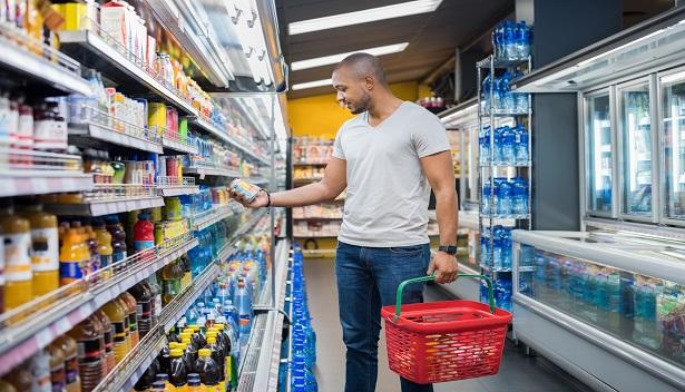 Gôndola de supermercado e cliente fazendo compras