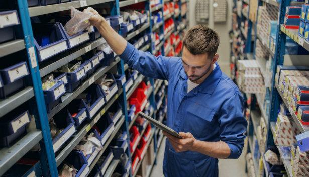 Qual a importância do nível de atividade dos produtos na gestão de estoque?