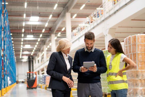 Qual a importância da colaboração entre varejo e indústria na cadeia de suprimentos?